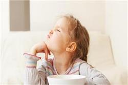 बच्चा खाना खाते समय करता है आनाकानी तो काम आएंगे ये ट्रिक्स