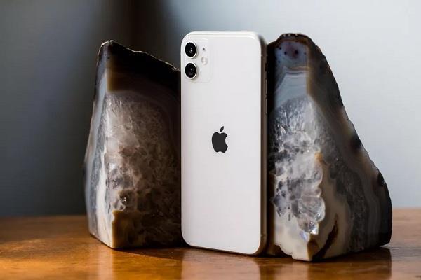 नए iPhone के साथ हैडफोन और चार्जर भी नहीं देगी एप्पल, डिब्बे से निकलेगा सिर्फ फोन