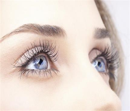 इन मेकअप ट्रिक्स से बनाएं आंखों को बड़ा और आकर्षित