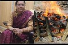 इंसानियत ऐसी भी...लावारिस शवों का अंतिम संस्कार कर रहीं...