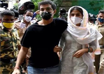 पूछताछ के लिए ईडी ऑफिस पहुंची रिया, मीडिया से बहन को बचाते दिखे भाई