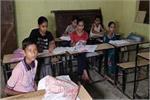 सरकारी स्कूल ही उड़ा रहा सरकार के नियमों की धज्जियां, बच्चों की लगाई...