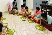 पुश्तैनी गांव पहुंची कंगना रनौत, पारम्परिक खाने के मजे लेती...