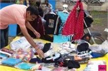 कोरोना काल में बेरोजगार हुआ तो फुटपाथ पर कपड़े बेचने लगा...