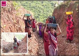 Women Power: गांव में नहीं पहुंचा पानी तो महिलाओं ने काटा...