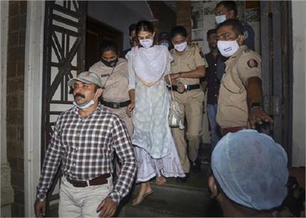 रिया को पूछताछ के लिए NCB का समन, घर से निकलने में लगाया समय