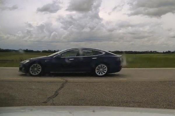 Tesla कार को ऑटोपायलट में डालकर सो गया ड्राइवर, स्पीड लिमिट तोड़ने पर डेंजरस ड्राइविंग का लगा चार्ज