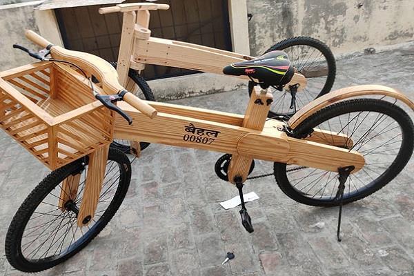 पैसों की कमी के कारण कारपेंटर ने तैयार की लकड़ी की साइकिल, अब विदेशों से आ रहे आर्डर