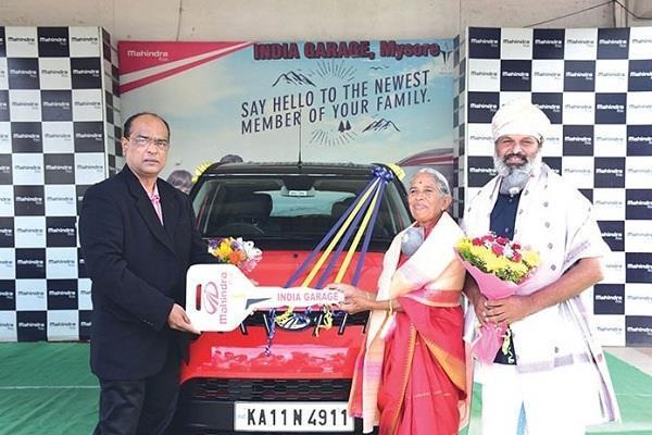 स्कूटर से मां को तीर्थ यात्रा कराने वाले व्यक्ति को आनंद महिंद्रा ने गिफ्ट की KUV100