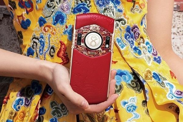 सोने और हीरों से तैयार किया गया यह लग्जरी स्मार्टफोन, बेस मॉडल की कीमत 3.25 लाख रुपये