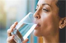पानी पीने का यह तरीका सेहत पर पड़ सकता है भारी, कहीं आप भी...