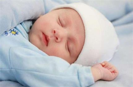 शिशु का दिनभर सोना खतरे की घंटी, जान लें इसके कारण