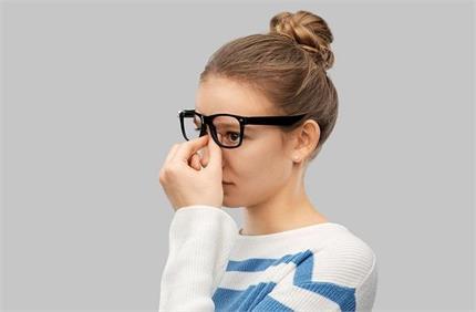 चश्मे से नाक पर पड़े निशान को दूर करने के आसान घरेलू नुस्खे