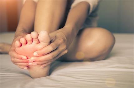 Health Alert: शरीर में पल रही बीमारियों का इशारा देते हैं पैरों में...