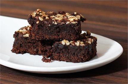 Chocolate Day: पार्टनर के लिए खुद बनाएं चॉकलेट वॉलनट ब्राउनी