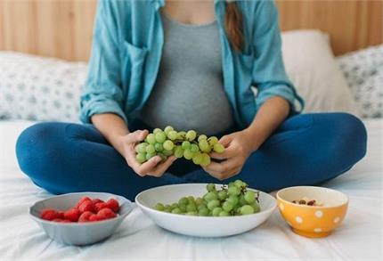 प्रेगनेंसी में खाने चाहिए किस रंग के अंगूर, जानिए इसके फायदे-नुकसान भी