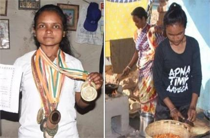तीरंदाजी में जीत चुकी गोल्ड मेडल, अब घर चलाने के लिए बेच रही झालमुड़ी