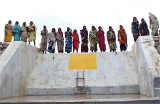सलाम! महिलाओं की हिम्मत ने बदल दी गांव...