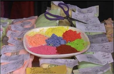 होली के लिए महिलाओं ने तैयार किए ये खास रंग, इस्तेमाल से नहीं होगा...