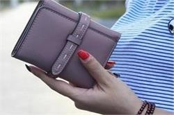 कंगाली का कारण बनती है पर्स में रखी ये चीजें