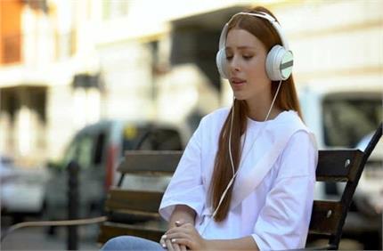 क्यों ब्रेकअप के बाद Sad Song सुनकर रो पड़ते हैं कपल्स?