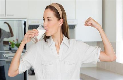 कोरोना से बचाव के लिए दूध में मिलाकर पीएं ये चीजें, तेजी से बढ़ेगी...