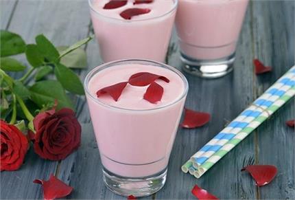 Healthy Recipe: गर्मी में बनाकर पीएं ठंडी-ठंडी Gulab Lassi, सेहत को...