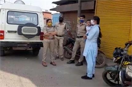 सलाम: कर्फ्यू में मासूम बच्चा गोद में लिए ड्यूटी कर रहीं महिला...