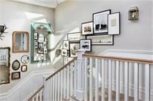 ऐसे सजाएं सीढ़ियों की खाली दीवार ताकि घर दिखें और भी खूबसूरत