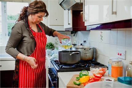 खाना बनाते समय महिलाएं भूल कर भी न करें ये गलती, नहीं रूठ जाएंगी मां...