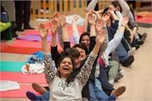 World Health Day: रोजाना 1 घंटा हंसने से दूर होंगी तमाम...