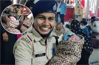 इस महिला पुलिस ने पेश की इंसानियत की...