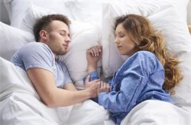 पति-पत्नी सोते समय इन बातों का रखें ध्यान, रिश्ते में...