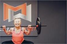 90 साल की यह फिटनेस इंस्ट्रक्टर महिला लोगों को एरोबिक्स के...