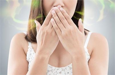 क्या आपके मुंह से भी आती है बदबू तो ट्राई करें ये असरदार...