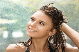 बारिश के मौसम में बालों का यूं रखें ख्याल