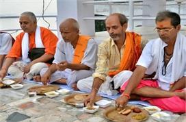 Pitru Paksha: श्राद्ध के दिन ब्राह्मण भोज से पहले क्यों...
