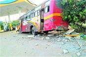 bus disrupted in petrol pump 5 passengers injured