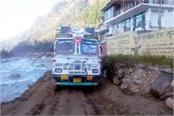 truck stranded in bog on kullu manali nh