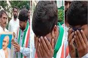 congress leader weeps bitterly in front of gandhiji s picture