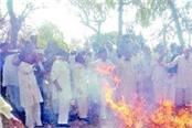 farmers blow the effigy of government and administration after the post mortem