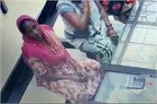 the cunning of vicious thives caught in cctv see how stolen gold chain