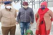 anti narcotic cell arrested woman with 1 kg 70 grams of charas