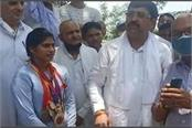 mla kundu announced to give 8 and a half lakh rupees to sunita