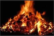 agra police picked up the dead body of a drug dealer from the burning pyre