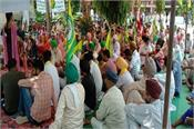 farmers start dharna to compensate the heirs of martyred farmer sirthala