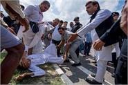akhilesh yadav helped injured peoples on agra lucknow expressway