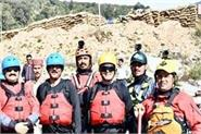 12 rafting guides of beas river