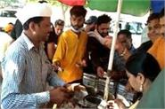 the face of this chaatwala is exactly like the cm of delhi