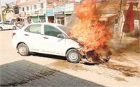 कार के इंजन में अचानक लगी आग, बाल-बाल बचा दंपति